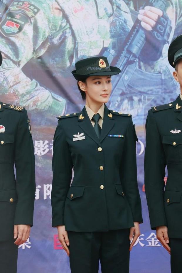 Khí chất lất át cả Lý Dịch Phong, bà mẹ bỉm sữa Trương Hinh Dư gây sốt với hình ảnh quân nhân siêu ngầu - Ảnh 6.