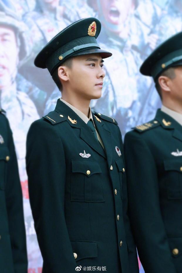 Loạt nam nhân mặc quân phục đẹp nhức nách: Đáng chú ý nhất là cả dàn trai trẻ chẳng ai xô đổ được ông chú Chung Hán Lương! - Ảnh 2.