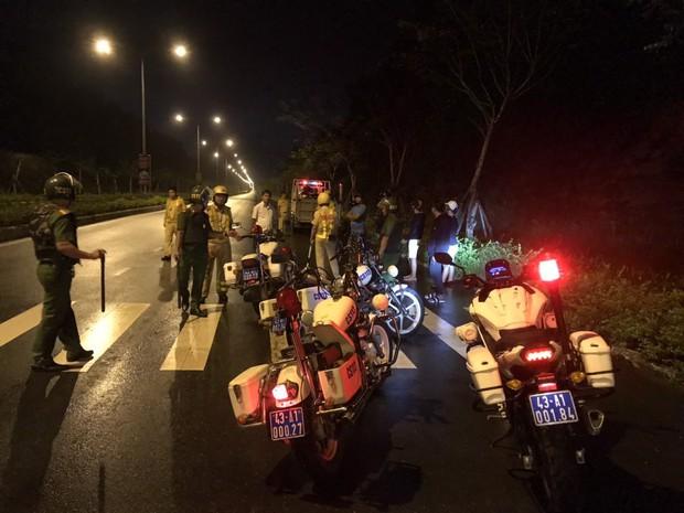 CSGT chặn bắt hàng chục quái xế hẹn nhau qua Facebook rồi tổ chức đua xe ở Đà Nẵng - Ảnh 1.