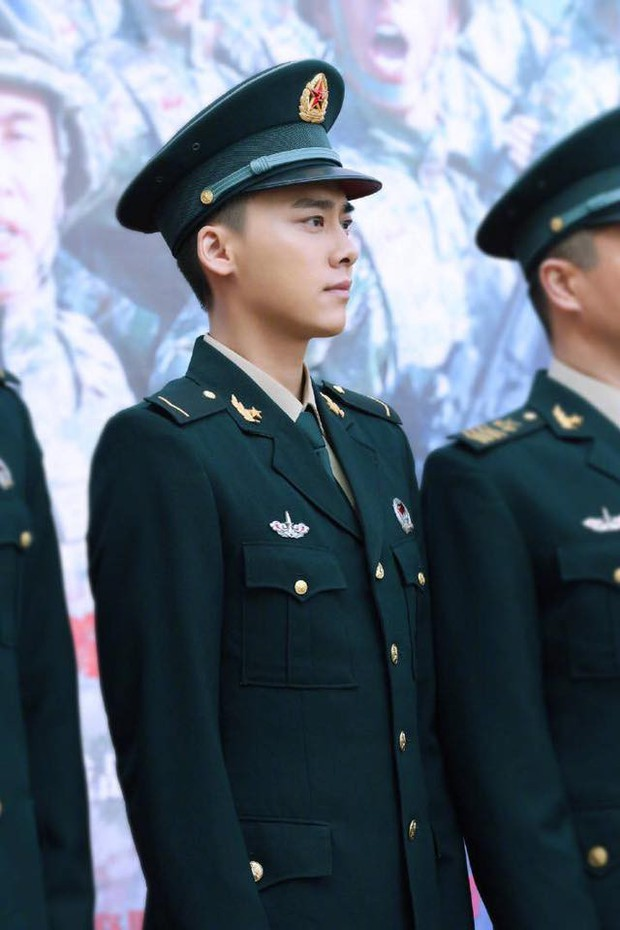 Khí chất lất át cả Lý Dịch Phong, bà mẹ bỉm sữa Trương Hinh Dư gây sốt với hình ảnh quân nhân siêu ngầu - Ảnh 1.