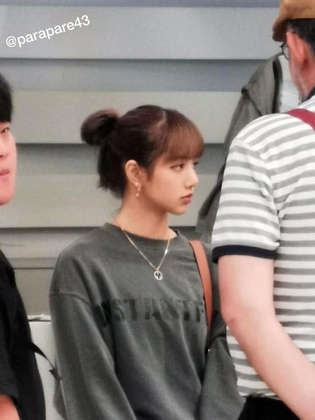 Em gái quốc tế Lisa (BLACKPINK) gây náo loạn sân bay vì dịu dàng đến lạ, vòng eo nhỏ khó tin chiếm hết spotlight - Ảnh 10.