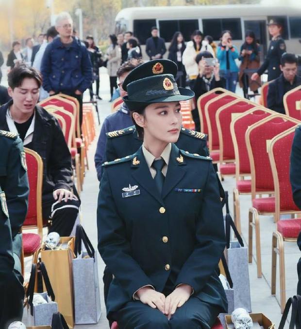 Khí chất lất át cả Lý Dịch Phong, bà mẹ bỉm sữa Trương Hinh Dư gây sốt với hình ảnh quân nhân siêu ngầu - Ảnh 7.