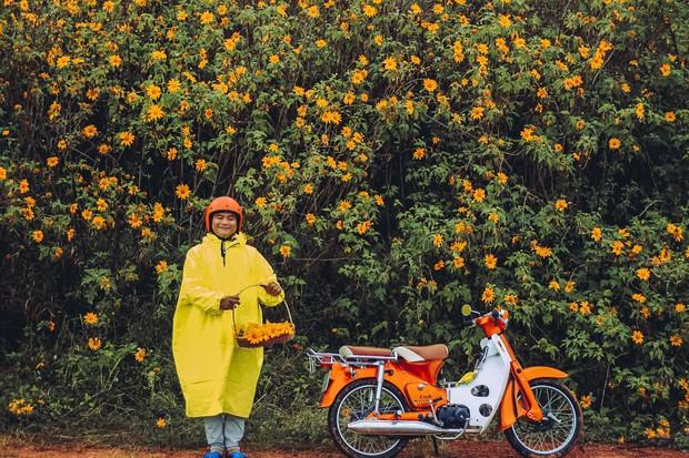 Bất chấp trời mưa, chàng photographer cho ra đời bộ ảnh chụp cùng hoa dã quỳ với concept có 1-0-2 khiến dân tình bấn loạn - Ảnh 4.
