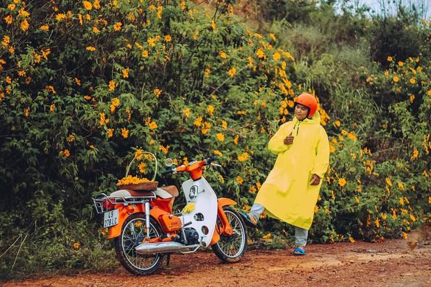 Bất chấp trời mưa, chàng photographer cho ra đời bộ ảnh chụp cùng hoa dã quỳ với concept có 1-0-2 khiến dân tình bấn loạn - Ảnh 8.
