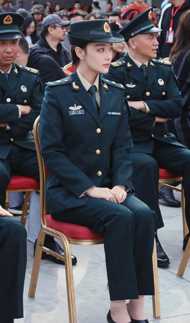 Khí chất lất át cả Lý Dịch Phong, bà mẹ bỉm sữa Trương Hinh Dư gây sốt với hình ảnh quân nhân siêu ngầu - Ảnh 8.