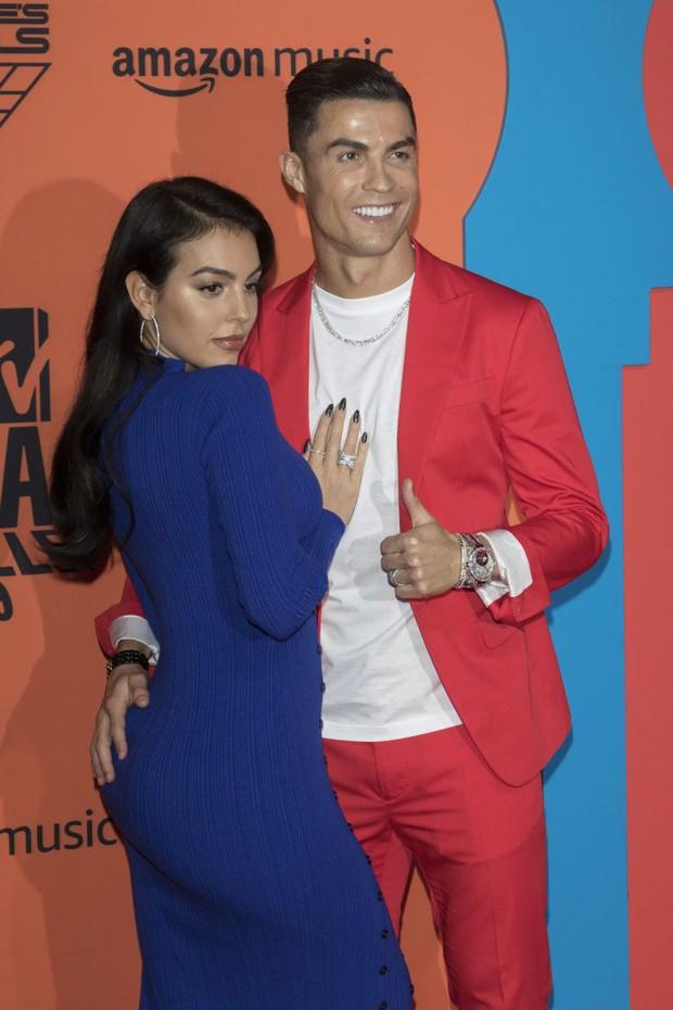 Trước hàng trăm máy quay, Ronaldo vẫn để bàn tay hư hỏng khiến fan phải thốt lên: Anh không cưỡng được sức hút của bạn gái rồi - Ảnh 4.