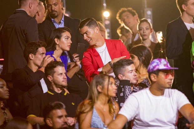 Trước hàng trăm máy quay, Ronaldo vẫn để bàn tay hư hỏng khiến fan phải thốt lên: Anh không cưỡng được sức hút của bạn gái rồi - Ảnh 8.