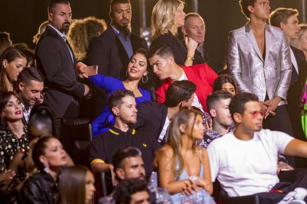 Trước hàng trăm máy quay, Ronaldo vẫn để bàn tay hư hỏng khiến fan phải thốt lên: Anh không cưỡng được sức hút của bạn gái rồi - Ảnh 7.