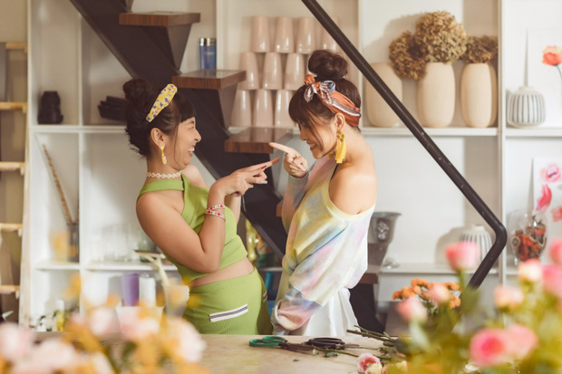 Tạm biệt một Phạm Quỳnh Anh buồn bã, chị đã trở lại yêu đời, cùng Trang Hý lên kế hoạch cua trai trong MV mới nhất - Ảnh 6.