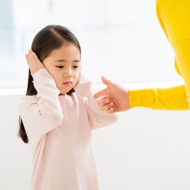 Lòng tự trọng ở trẻ sẽ bị phá vỡ nếu cha mẹ làm 4 điều sau đây, đều là những hành động quen thuộc của phụ huynh Việt Nam - Ảnh 1.