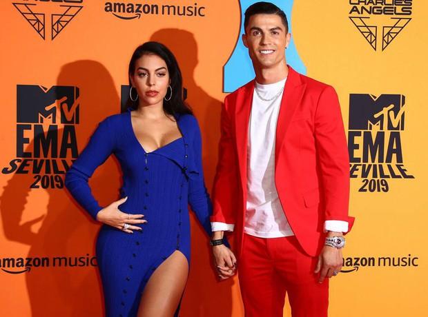 Thảm đỏ MTV EMAs 2019: Ronaldo và bạn gái nổi bần bật, loạt mỹ nhân hở bạo nóng mắt, mặc như không - Ảnh 4.