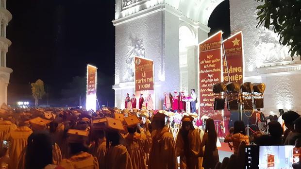 Choáng trước cảnh trường người ta bắn pháo hoa trong lễ tốt nghiệp, nhưng chiếc cổng siêu to khổng lồ còn gây sốt hơn - Ảnh 3.
