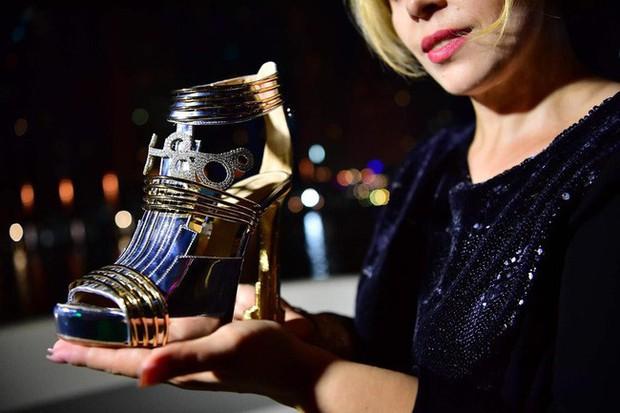 """""""Thánh nữ hàng hiệu"""" Ngọc Trinh có chi bạo đến đâu chắc cũng phải choáng váng khi nhìn giá đôi giày đắt nhất thế giới - Ảnh 3."""