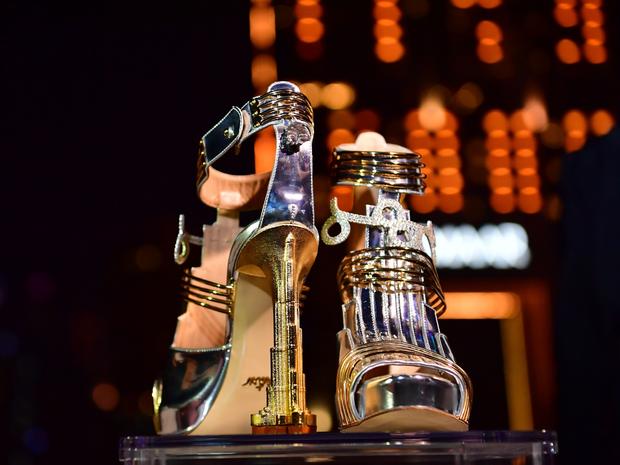"""""""Thánh nữ hàng hiệu"""" Ngọc Trinh có chi bạo đến đâu chắc cũng phải choáng váng khi nhìn giá đôi giày đắt nhất thế giới - Ảnh 4."""