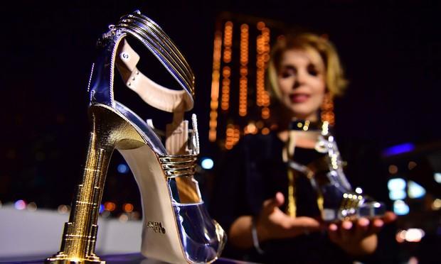 """""""Thánh nữ hàng hiệu"""" Ngọc Trinh có chi bạo đến đâu chắc cũng phải choáng váng khi nhìn giá đôi giày đắt nhất thế giới - Ảnh 6."""