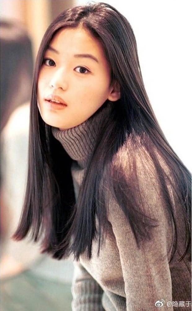 Ảnh 20 năm trước của mợ chảnh Jeon Ji Hyun bỗng gây sốt vì style vẫn chất và hợp trend, makeup tí tẹo mà thần thái ngút ngàn - Ảnh 1.