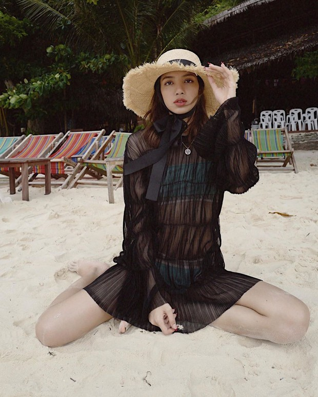 Truyền thái y gấp, Lisa (BLACKPINK) vừa tung ảnh du lịch bên gia đình: Diện bikini che gần hết mà sao vẫn sexy quá! - Ảnh 3.