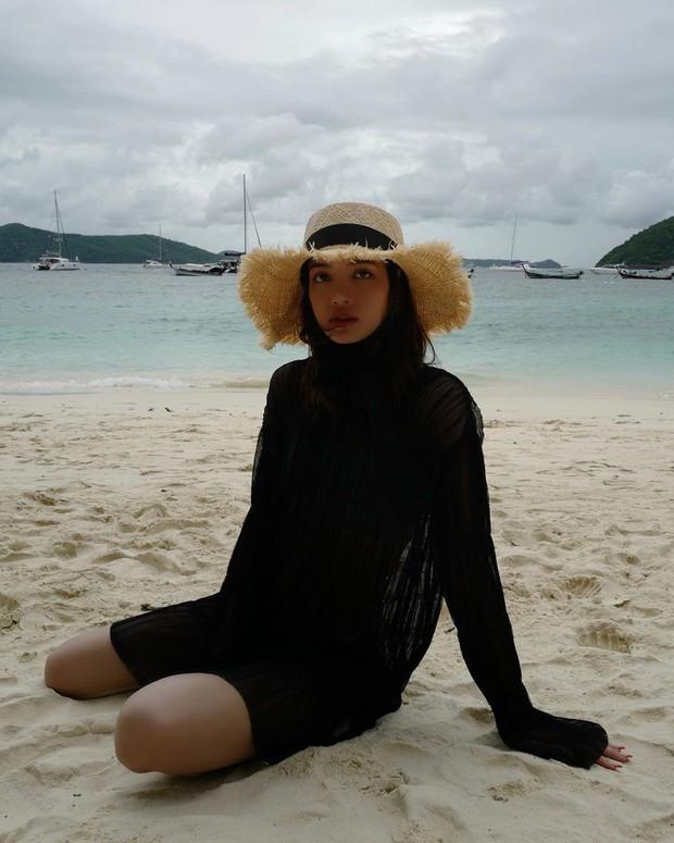 Truyền thái y gấp, Lisa (BLACKPINK) vừa tung ảnh du lịch bên gia đình: Diện bikini che gần hết mà sao vẫn sexy quá! - Ảnh 8.