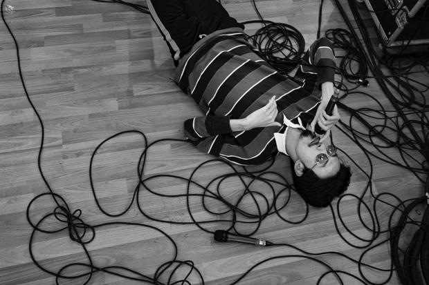 Đen Vâu nằm vật ra giữa sàn để rap, ráo riết tập luyện chuẩn bị cho liveshow kỉ niệm 10 năm theo đuổi âm nhạc - Ảnh 4.