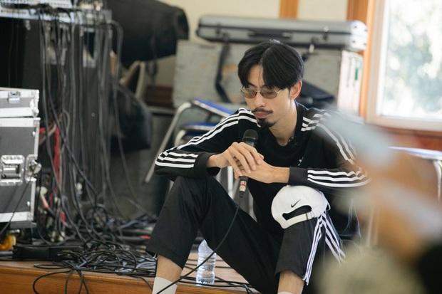 Đen Vâu nằm vật ra giữa sàn để rap, ráo riết tập luyện chuẩn bị cho liveshow kỉ niệm 10 năm theo đuổi âm nhạc - Ảnh 1.