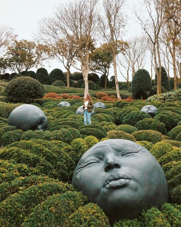 Chớ dại mà đến khu vườn kỳ dị này ở Pháp vào buổi đêm kẻo bị dọa cho hồn bay phách lạc - Ảnh 1.