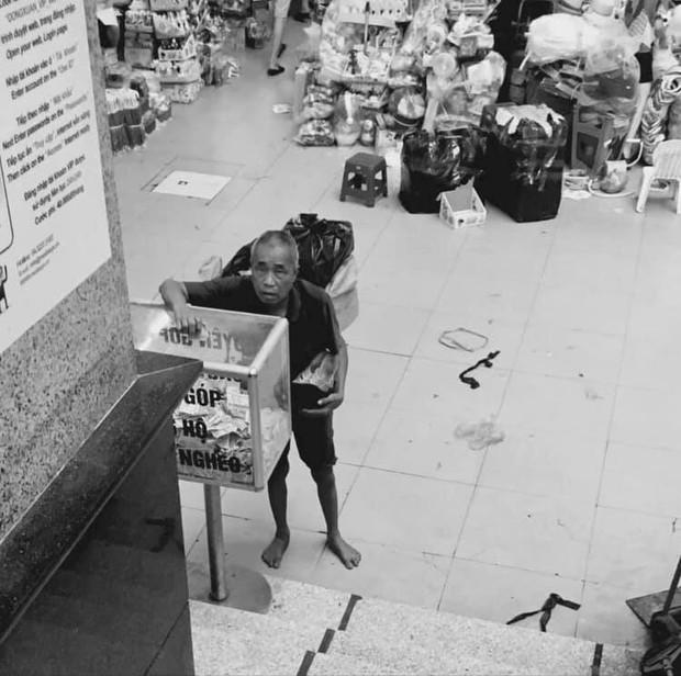 Xúc động hình ảnh người phụ nữ nghèo dừng xe đạp giữa ngã tư để bỏ tiền từ thiện - Ảnh 2.
