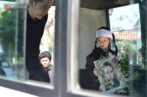 Tang lễ con gái đạo diễn Đỗ Đức Thành: Cầm nhành hoa trắng trên tay, tạm biệt nhé thiên thần 20 tuổi! - Ảnh 15.