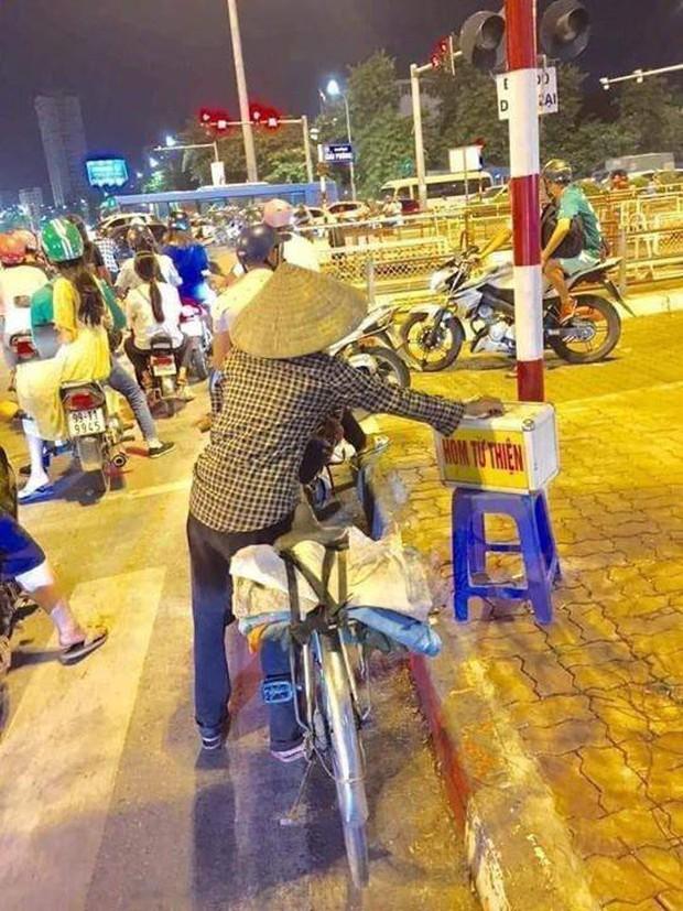 Xúc động hình ảnh người phụ nữ nghèo dừng xe đạp giữa ngã tư để bỏ tiền từ thiện - Ảnh 1.