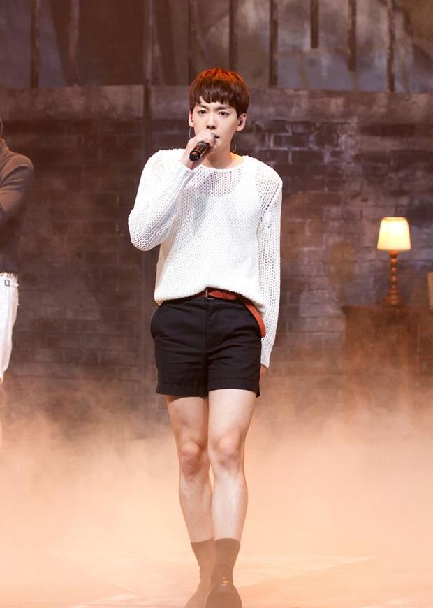 Những nam thần tượng gây sốc khi mặc quần đùi ngắn biểu diễn: BTS có sân khấu huyền thoại, mỹ nam B1A4 như diện quần tàng hình - Ảnh 3.
