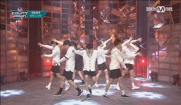 Những nam thần tượng gây sốc khi mặc quần đùi ngắn biểu diễn: BTS có sân khấu huyền thoại, mỹ nam B1A4 như diện quần tàng hình - Ảnh 9.