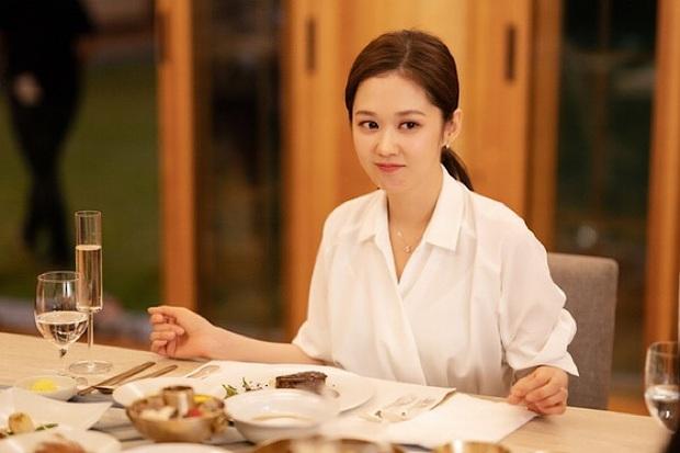 Loạt phim hot dính phốt bóc lột lao động, Vị Khách VIP của Jang Na Ra được khen hết lời vì giới hạn giờ làm cho nhân viên - Ảnh 2.