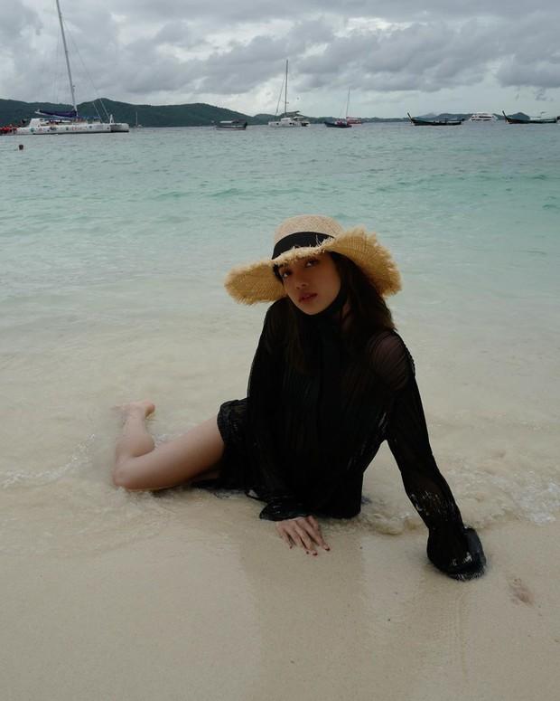Truyền thái y gấp, Lisa (BLACKPINK) vừa tung ảnh du lịch bên gia đình: Diện bikini che gần hết mà sao vẫn sexy quá! - Ảnh 10.