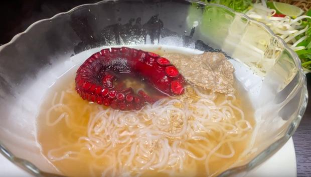 """Quỳnh Trần JP đăng vlog nấu bún riêu với… bạch tuộc có 1-0-2, nhưng dân tình lại chú ý hơn tới bình luận """"tung hứng"""" của Ẩm Thực Mẹ Làm - Ảnh 1."""