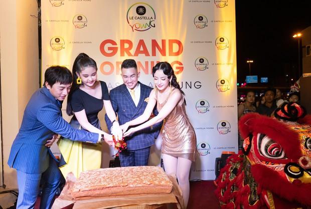 Giới trẻ Sài Gòn ùn ùn xếp hàng dài chờ check-in không gian trà bánh mới của Le Castella Young - Ảnh 2.