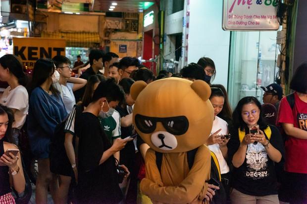Giới trẻ Sài Gòn ùn ùn xếp hàng dài chờ check-in không gian trà bánh mới của Le Castella Young - Ảnh 5.