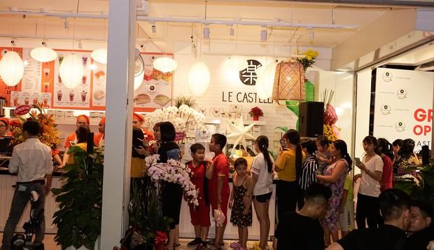Giới trẻ Sài Gòn ùn ùn xếp hàng dài chờ check-in không gian trà bánh mới của Le Castella Young - Ảnh 6.