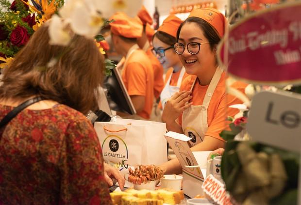 Giới trẻ Sài Gòn ùn ùn xếp hàng dài chờ check-in không gian trà bánh mới của Le Castella Young - Ảnh 7.