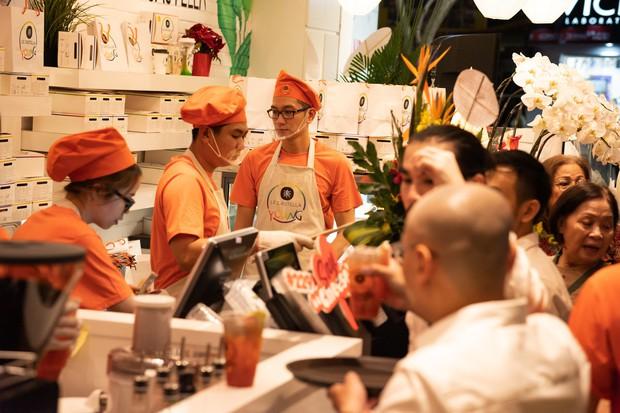Giới trẻ Sài Gòn ùn ùn xếp hàng dài chờ check-in không gian trà bánh mới của Le Castella Young - Ảnh 8.