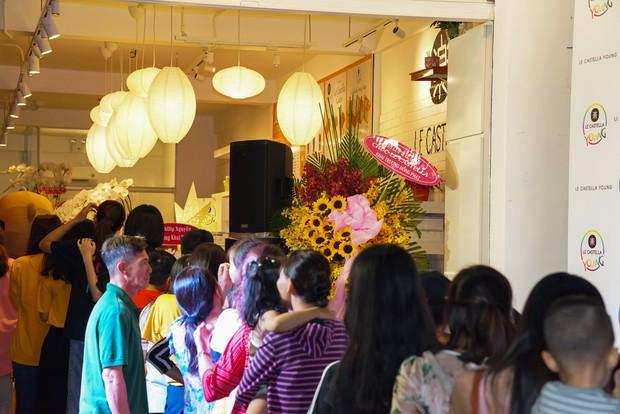 Giới trẻ Sài Gòn ùn ùn xếp hàng dài chờ check-in không gian trà bánh mới của Le Castella Young - Ảnh 9.
