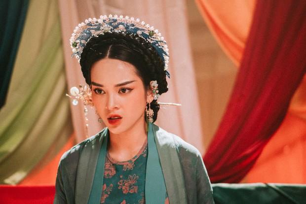 Từ Chi Pu, Miu Lê đến Hương Giang, dù xinh đẹp tận tâm ra sao cũng vẫn chịu số phận trong MV éo le chẳng khác gì dàn diễn viên nữ Hoa hồng trên ngực trái - Ảnh 13.