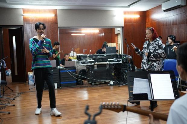 Đen Vâu nằm vật ra giữa sàn để rap, ráo riết tập luyện chuẩn bị cho liveshow kỉ niệm 10 năm theo đuổi âm nhạc - Ảnh 7.