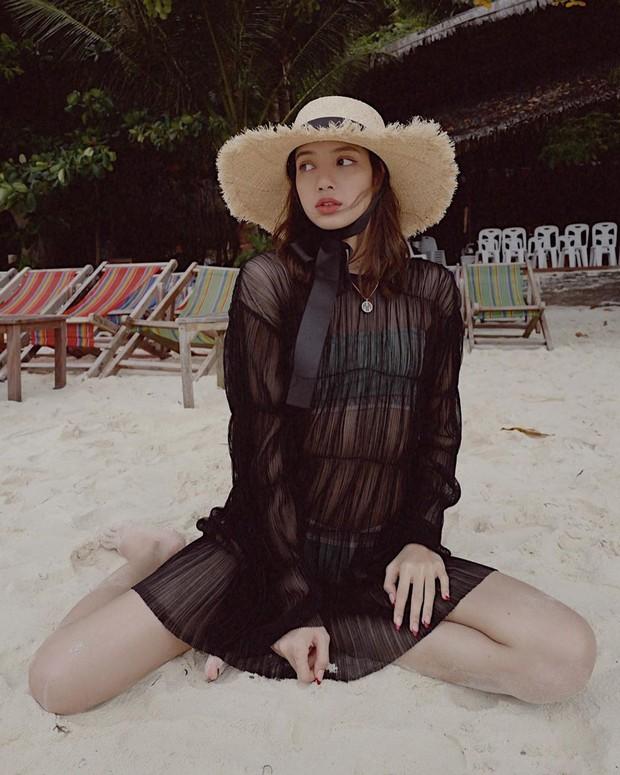 Truyền thái y gấp, Lisa (BLACKPINK) vừa tung ảnh du lịch bên gia đình: Diện bikini che gần hết mà sao vẫn sexy quá! - Ảnh 4.