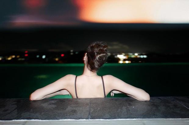 Truyền thái y gấp, Lisa (BLACKPINK) vừa tung ảnh du lịch bên gia đình: Diện bikini che gần hết mà sao vẫn sexy quá! - Ảnh 14.