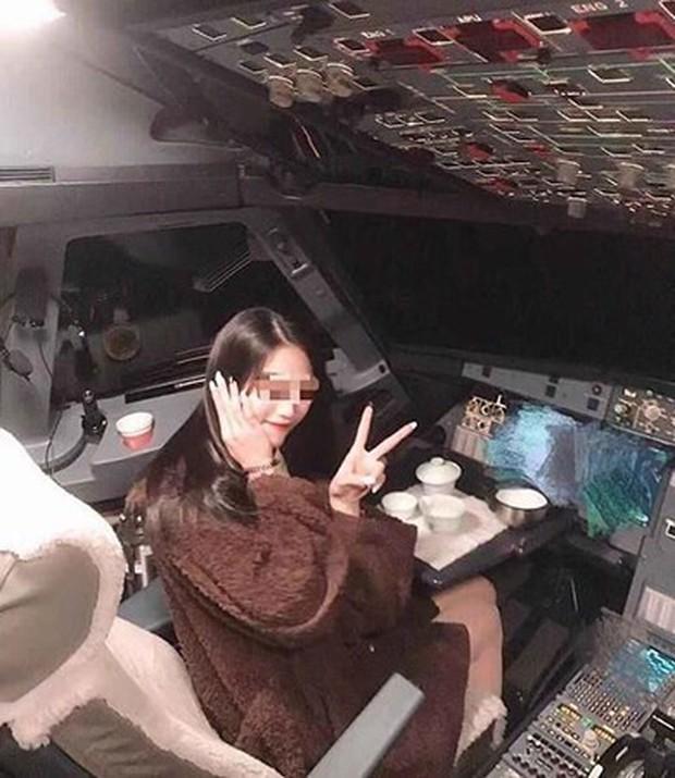 Đưa gái xinh vào tham quan buồng lái, phi công bị hãng hàng không cấm bay trọn đời - Ảnh 1.