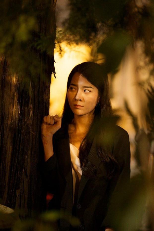 Từ Chi Pu, Miu Lê đến Hương Giang, dù xinh đẹp tận tâm ra sao cũng vẫn chịu số phận trong MV éo le chẳng khác gì dàn diễn viên nữ Hoa hồng trên ngực trái - Ảnh 6.