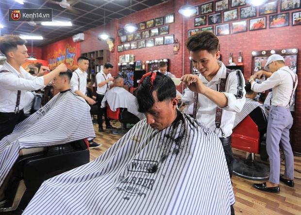 """Chàng trai hớt tóc miễn phí ở Đà Nẵng: """"Tôi đi lên từ nghèo khó, nên muốn lấy sức mình giúp lại người nghèo - Ảnh 4."""
