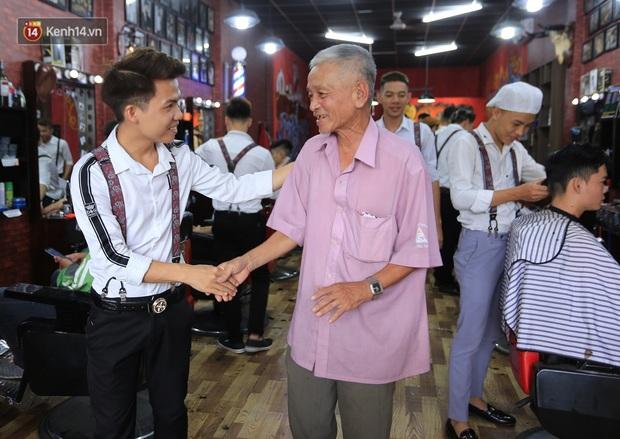 """Chàng trai hớt tóc miễn phí ở Đà Nẵng: """"Tôi đi lên từ nghèo khó, nên muốn lấy sức mình giúp lại người nghèo - Ảnh 7."""
