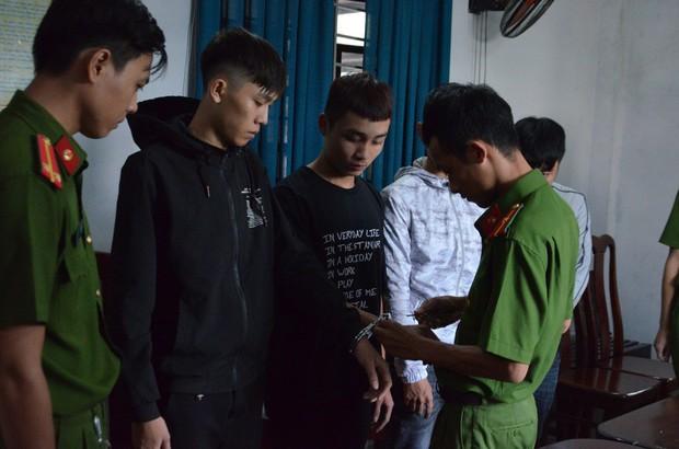 Bắt nhóm sinh viên chặn đường, đòi cướp tài sản của công an - Ảnh 2.