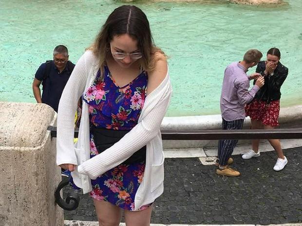 Đi du lịch châu Âu bị photobomb, cô gái không tức giận mà còn quyết tìm ra danh tính cặp đôi kia bởi chi tiết đáng yêu này - Ảnh 2.