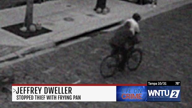 Tên cướp xui xẻo: Vừa lấy được xe đạp định chạy bo, gặp ngay thanh niên PUBG mũ 3 cầm chảo phang giữa mặt - Ảnh 1.
